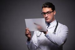 Ο νέος γιατρός που εργάζεται στον υπολογιστή ταμπλετών Στοκ Εικόνες