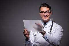 Ο νέος γιατρός που εργάζεται στον υπολογιστή ταμπλετών Στοκ Φωτογραφίες