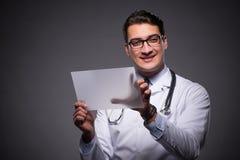 Ο νέος γιατρός που εργάζεται στον υπολογιστή ταμπλετών Στοκ εικόνα με δικαίωμα ελεύθερης χρήσης