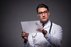 Ο νέος γιατρός που εργάζεται στον υπολογιστή ταμπλετών Στοκ Φωτογραφία
