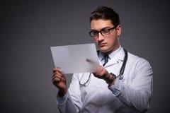 Ο νέος γιατρός που εργάζεται στον υπολογιστή ταμπλετών Στοκ Εικόνα
