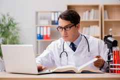 Ο νέος γιατρός που μελετά την ιατρική εκπαίδευση στοκ εικόνα