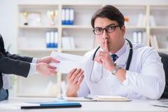 Ο νέος γιατρός στην έννοια απάτης ιατρικής ασφάλειας Στοκ φωτογραφία με δικαίωμα ελεύθερης χρήσης