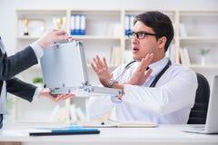 Ο νέος γιατρός στην έννοια απάτης ιατρικής ασφάλειας Στοκ Εικόνες