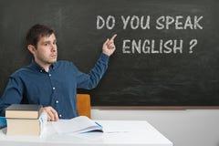 Ο νέος δάσκαλος διδάσκει τη αγγλική γλώσσα στο σχολείο Στοκ Εικόνες