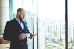 Ο νέος ειδικευμένος δικηγόρος χρησιμοποιεί το κινητό τηλέφωνο Στοκ Εικόνες