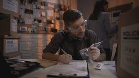 Ο νέος εμπειρογνώμονας περιγράφει τα στοιχεία μαχαιριών από τη συντριβή και την εγκληματική σκηνή αρπαγών απόθεμα βίντεο