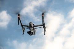 Ο νέος εμπνέει δύο πετώντας στο μπλε ουρανό Στοκ φωτογραφία με δικαίωμα ελεύθερης χρήσης