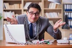 Ο νέος επιχειρηματίας έθισε στις σε απευθείας σύνδεση κάρτες παιχνιδιού παίζοντας στο τ Στοκ Φωτογραφία