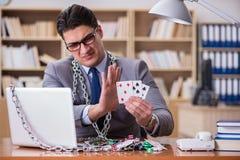 Ο νέος επιχειρηματίας έθισε στις σε απευθείας σύνδεση κάρτες παιχνιδιού παίζοντας στο τ Στοκ φωτογραφία με δικαίωμα ελεύθερης χρήσης