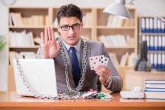 Ο νέος επιχειρηματίας έθισε στις σε απευθείας σύνδεση κάρτες παιχνιδιού παίζοντας στο τ Στοκ φωτογραφίες με δικαίωμα ελεύθερης χρήσης