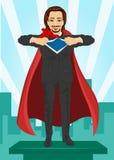 Ο νέος επιχειρηματίας έντυσε όπως τον έξοχο ήρωα και λυσσασμένος το πουκάμισό του από την προσοχή πέρα από την πόλη Στοκ Εικόνες