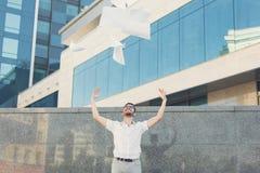 Ο νέος επιχειρηματίας αισθάνεται βέβαιος και ευτυχής στοκ φωτογραφίες με δικαίωμα ελεύθερης χρήσης