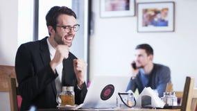 Ο νέος επιχειρηματίας λαμβάνει τις άριστες ειδήσεις απόθεμα βίντεο