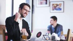 Ο νέος επιχειρηματίας λαμβάνει τις καλές ειδήσεις απόθεμα βίντεο