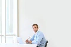 Ο νέος επιχειρηματίας απομόνωσε στην αρχή στοκ εικόνες