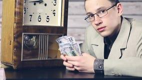 Ο νέος επιχειρηματίας θεωρεί τα δολάρια r φιλμ μικρού μήκους