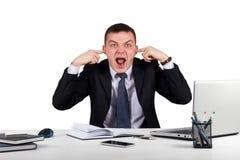 Ο νέος επιχειρηματίας κλείνει τα αυτιά του με τα χέρια και την κραυγή του που απομονώνονται στο άσπρο υπόβαθρο Στοκ Εικόνες