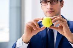 Ο νέος επιχειρηματίας με την εργασία σφαιρών αντισφαίρισης στην αρχή Στοκ Εικόνα