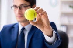 Ο νέος επιχειρηματίας με την εργασία σφαιρών αντισφαίρισης στην αρχή Στοκ Φωτογραφίες