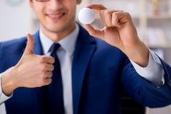 Ο νέος επιχειρηματίας με την εργασία σφαιρών γκολφ στην αρχή Στοκ εικόνα με δικαίωμα ελεύθερης χρήσης