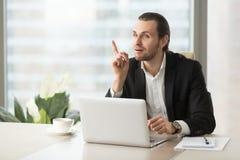 Ο νέος επιχειρηματίας πήρε ξαφνικά τη μεγάλη ιδέα στο γραφείο εργασίας Στοκ Εικόνα