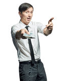 Ο νέος επιχειρηματίας παρουσιάζει ένα wad των μετρητών υπό εξέταση στοκ φωτογραφία με δικαίωμα ελεύθερης χρήσης