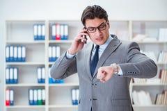 Ο νέος επιχειρηματίας που εργάζεται στο γραφείο Στοκ φωτογραφία με δικαίωμα ελεύθερης χρήσης