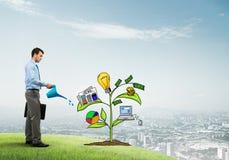 Ο νέος επιχειρηματίας που ποτίζει υπαίθρια τη συρμένη έννοια αύξησης με μπορεί Στοκ Εικόνα