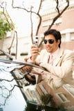 Επιχειρηματίας που κλίνει στο αυτοκίνητο. Στοκ Εικόνες