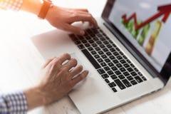 Ο νέος επιχειρηματίας που χρησιμοποιεί το lap-top του, κλείνει επάνω Επιχειρησιακός εργασιακός χώρος και επιχειρησιακά αντικείμεν Στοκ Φωτογραφία