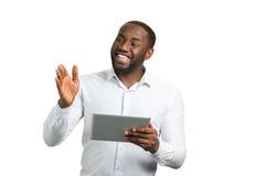 Ο νέος επιχειρηματίας υπέβαλε έκθεση με τη συσκευή Στοκ εικόνα με δικαίωμα ελεύθερης χρήσης
