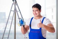 Ο νέος εργαζόμενος με την προστατευτική μάσκα αερίου προσώπου στοκ εικόνα με δικαίωμα ελεύθερης χρήσης