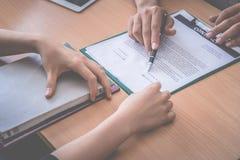Ο νέος εργοδότης έχει κληθεί για να υπογράψει τη σύμβαση εργασίας μετά από την επιτυχή συνέντευξη Στοκ Εικόνες
