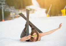 Ο νέος ευτυχής γυμνός θηλυκός σκιέρ βρίσκεται στη χιονώδη κλίση κοντά στον ανελκυστήρα στο χιονοδρομικό κέντρο Στοκ φωτογραφία με δικαίωμα ελεύθερης χρήσης