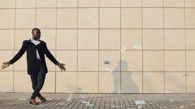 Ο νέος ευτυχής επιχειρηματίας διασκορπίζει τα δολάρια και τον αστείο χορό στην οδό Βροχή χρημάτων, μειωμένα δολάρια Βρίσκεται απόθεμα βίντεο