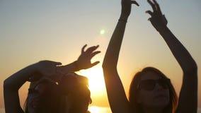 Ο νέος ευτυχής κυματισμός εφήβων τους παραδίδει τον αέρα στο ηλιοβασίλεμα φιλμ μικρού μήκους