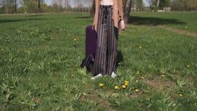 Ο νέος ευτυχής ταξιδιώτης έφθασε στη νέα χώρα προορισμού - που περπατά με τη βαλίτσα αποσκευών της - συγκινήσεις ενός λευκού φιλμ μικρού μήκους