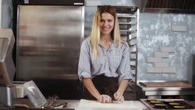 Ο νέος θηλυκός ζαχαροπλάστης που χτυπά παιχνιδιάρικα τα χέρια με το αλεύρι, ζυμώνει τη ζύμη Μαγειρικός, κουζίνα, έννοια ζύμης απόθεμα βίντεο