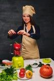 Ο νέος θηλυκός μάγειρας κρατά τα λαχανικά Στοκ φωτογραφία με δικαίωμα ελεύθερης χρήσης
