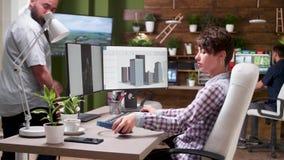 Ο νέος θηλυκός σχεδιαστής χρησιμοποιεί το λογισμικό CAD απόθεμα βίντεο