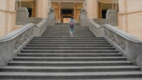 Ο νέος θηλυκός τουρίστας αναρριχείται σε μια μεγάλη μαρμάρινη σκάλα Η έννοια της επιχειρησιακής ευημερίας, οικονομική άνοδος o απόθεμα βίντεο