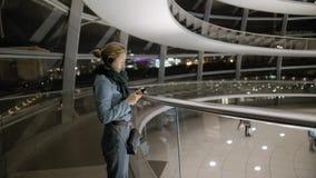 Ο νέος θηλυκός τουρίστας χρησιμοποιεί έναν ακουστικό οδηγό Μέσα στην Ομοσπονδιακή Βουλή, στο Βερολίνο o απόθεμα βίντεο