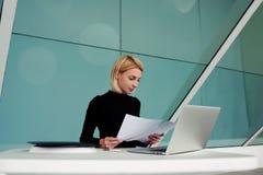Ο νέος θηλυκός ειδικευμένος επιχειρηματίας διαβάζει την περίληψη για τη στρατολόγηση των νέων εργαζομένων Στοκ εικόνα με δικαίωμα ελεύθερης χρήσης
