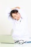 Ο νέος ιαπωνικός θηλυκός γιατρός παίρνει ένα υπόλοιπο Στοκ Φωτογραφίες