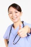 Ο νέος ιαπωνικός θηλυκός γιατρός πετυχαίνει Στοκ Εικόνα