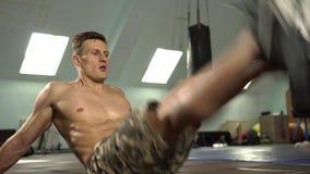 Ο νέος ισχυρός αρσενικός αθλητής που κάνει το εναλλάσσομαι πόδι αυξάνει φιλμ μικρού μήκους