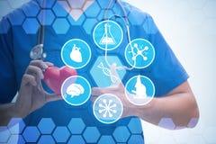Ο νέος καρδιολόγος γιατρών στην έννοια telehealth στοκ εικόνες