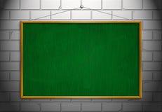 Ο νέος μαύρος πίνακας κιμωλίας με το ξύλινο πλαίσιο με κρεμά τον τοίχο που απομονώνεται Στοκ εικόνα με δικαίωμα ελεύθερης χρήσης