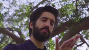 Ο νέος μουσικός γενειάδων που κυματίζει δικούς του παραδίδει τον αέρα που προσποιείται ότι παίζει στο διανοητό πιάνο απόθεμα βίντεο